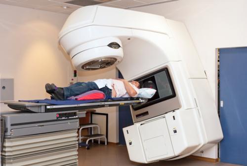 Paciente que está siendo sometida a una radioterapia.