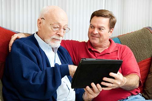 Paciente de leer su informe de radiología.