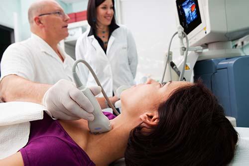 Radiólogo realizando un examen por ultrasonido.
