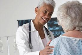 Un radiólogo consulta con una paciente.